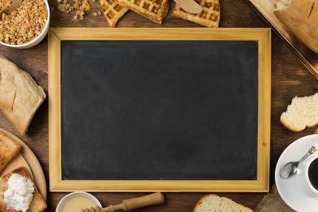 Tableau noir entouré du petit déjeuner Photo gratuit