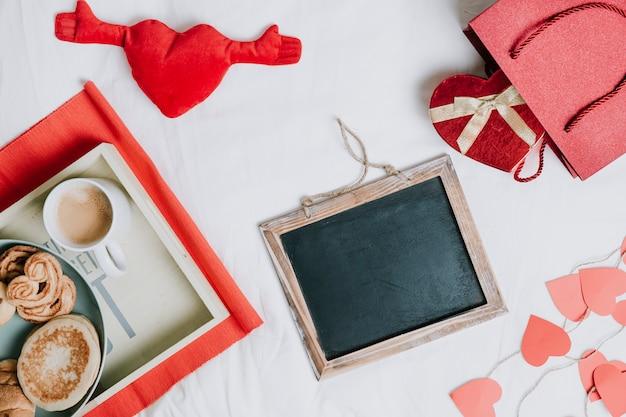 Tableau noir entre le cadeau et le petit-déjeuner Photo gratuit
