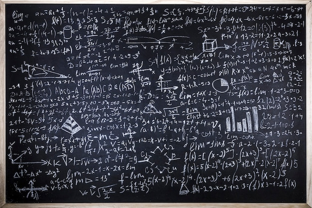 Tableau Noir Inscrit Avec Des Formules Scientifiques Et Des Calculs En Physique Et En Mathématiques Photo Premium