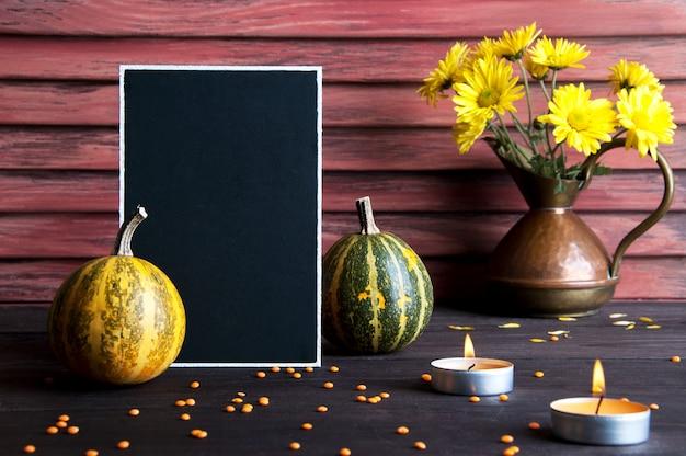 Tableau noir, potiron et pot en cuivre Photo Premium