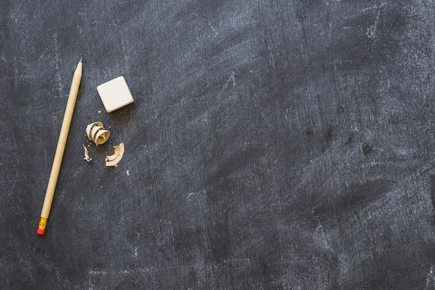 Tableau noir avec stylo et caoutchouc Photo gratuit