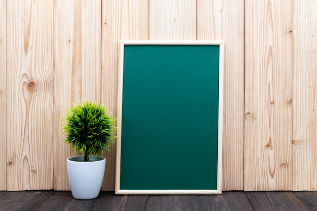 Tableau vert blanc et petit arbre sur bois Photo Premium