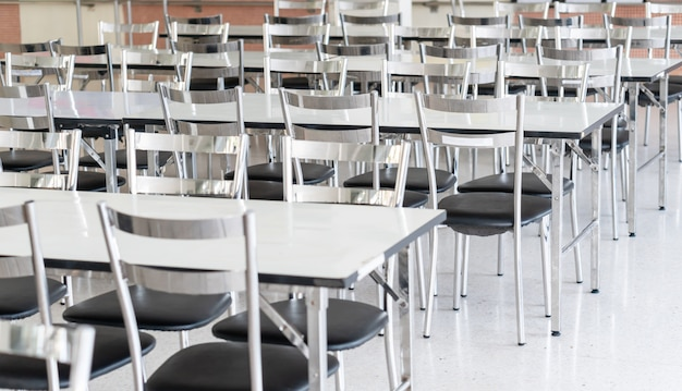 Tables Et Chaises En Acier Inoxydable à La Cantine Des Lycéens Photo Premium