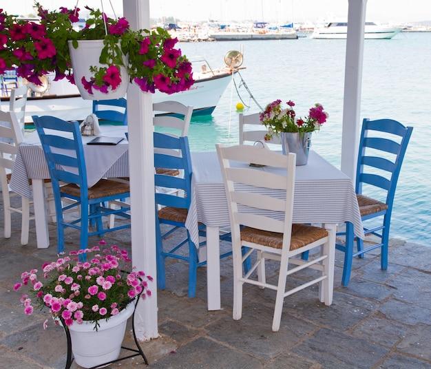 Tables Et Chaises Au Bord De L'eau Photo Premium