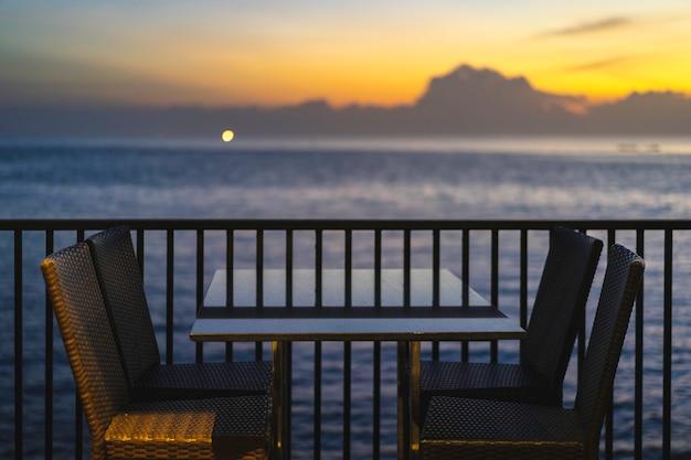 Tables et chaises dans un restaurant près de la mer Photo Premium