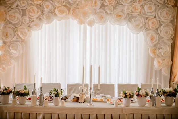 Tables décorées dans le restaurant le jour du mariage. décorations pastel d'intérieur Photo Premium