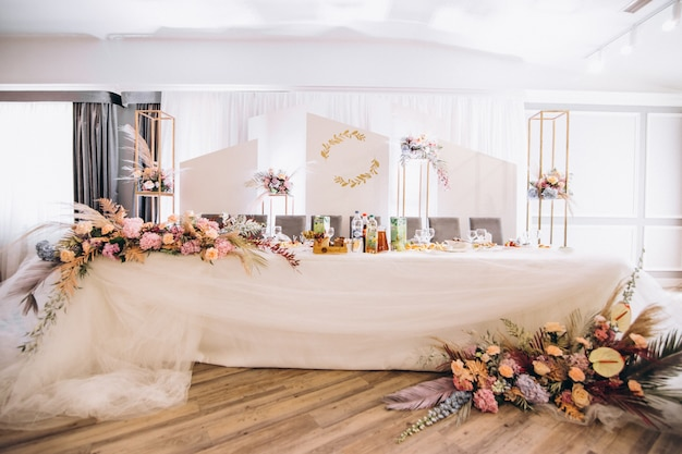 Tables de mariage décorées et intérieur de la salle Photo gratuit