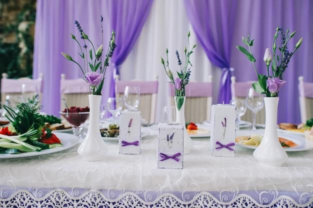 Tables de mariage pour un dîner raffiné ou un autre événement avec traiteur Photo Premium