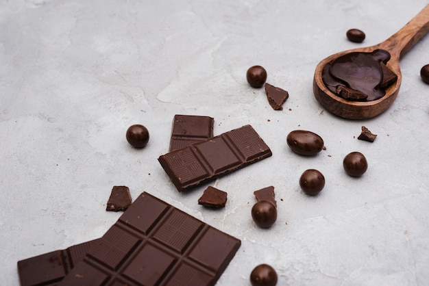 Tablette de chocolat noir avec des bonbons Photo gratuit