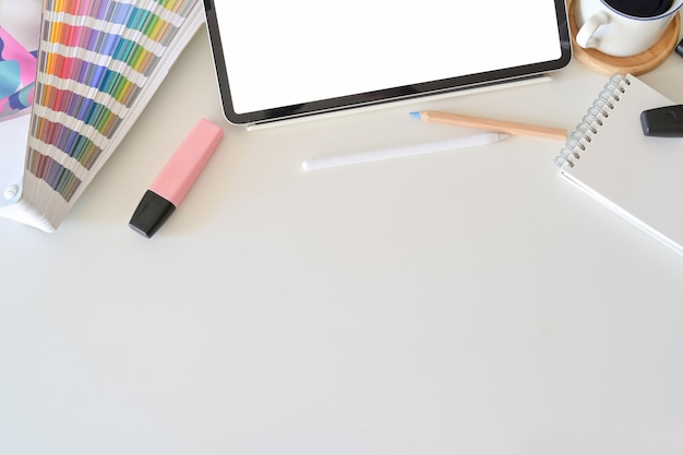 Tablette écran blanc sur le bureau dans le studio de design graphique Photo Premium