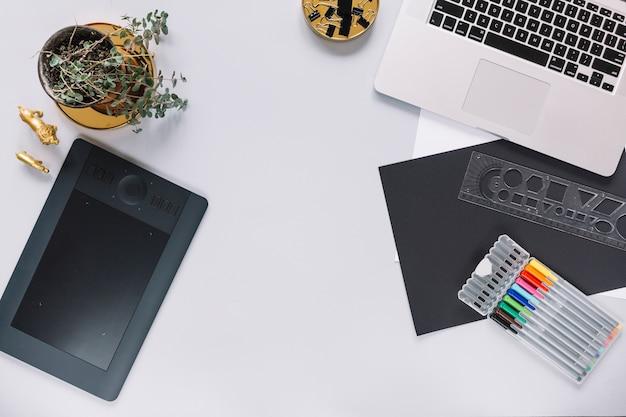 Tablette graphique numérique et ordinateur portable maquette avec des objets de bureau sur fond blanc Photo gratuit