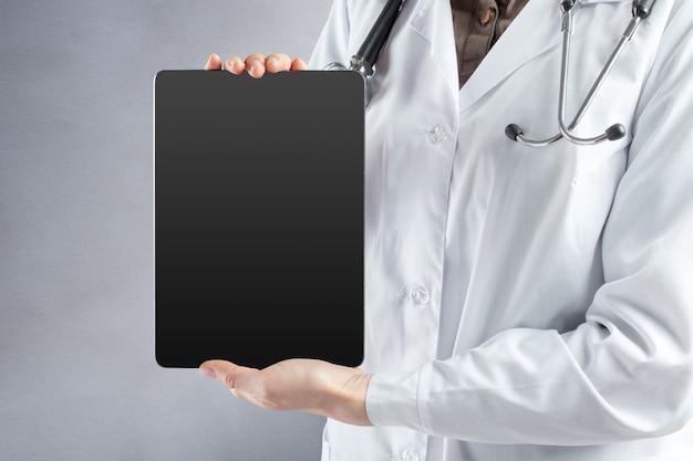 Tablette informatique entre les mains du docteur Photo Premium