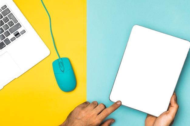 Tablette de maquette vue de dessus avec fond coloré Photo gratuit