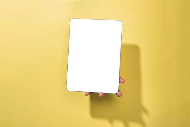 Tablette de maquette vue de face tenue par personne Photo gratuit