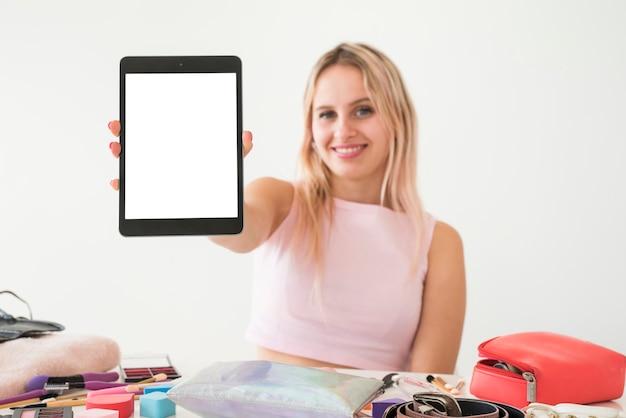 Tablette montrant une influenceuse blonde Photo gratuit