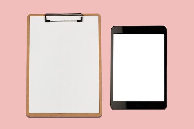 Tablette numérique avec écran blanc et presse-papiers sur fond rose Photo Premium