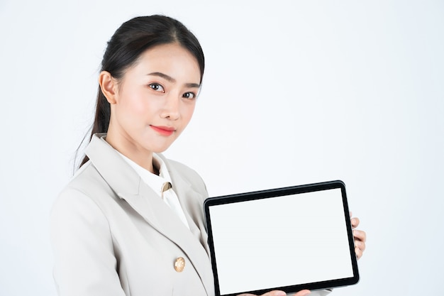 Tablette Numérique élégante Femme D'affaires Asiatique Avec écran Blanc Blanc Photo Premium