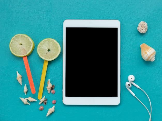 Tablette numérique et éléments de l'été sur bleu Photo gratuit