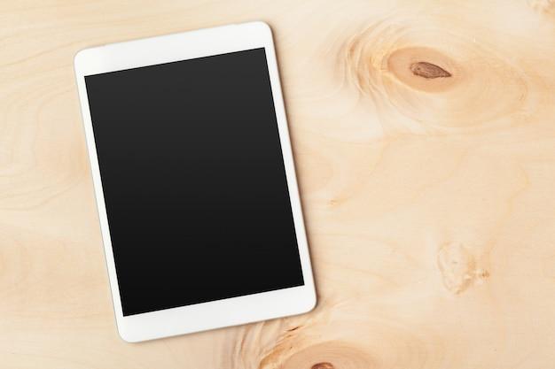 Tablette numérique sur une table en bois Photo Premium