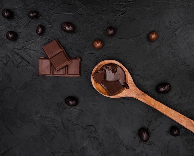 Tablettes de chocolat et cuillère en bois avec sirop de chocolat Photo gratuit