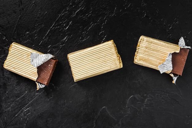 Tablettes de chocolat enveloppées à plat Photo gratuit