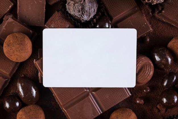 Tablettes de chocolat plates et bonbons avec maquette de rectangle Photo gratuit