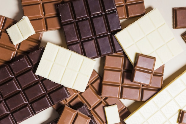 Tablettes de chocolat vue de dessus sur fond blanc Photo gratuit