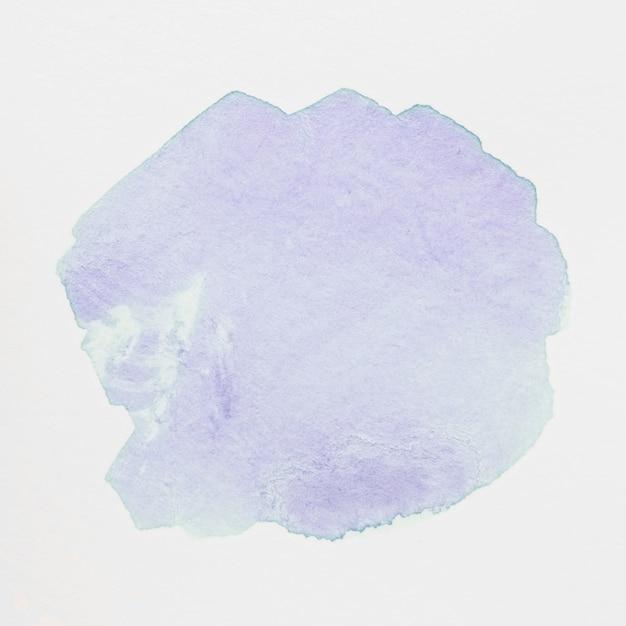 Tache d'aquarelle violet clair avec lavis sur fond blanc Photo gratuit