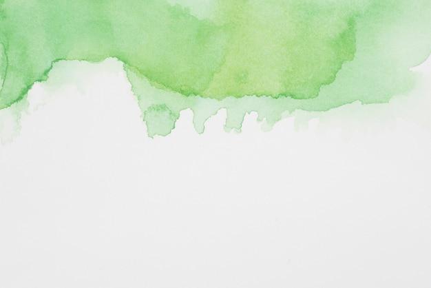 Taches verdoyantes abstraites de peintures sur papier blanc Photo gratuit