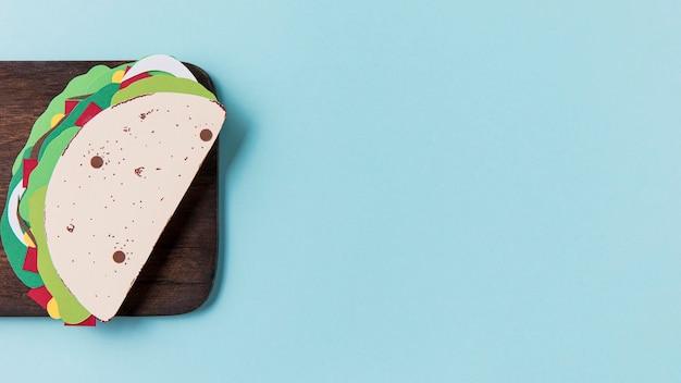 Taco En Papier Sur Planche De Bois à Plat Photo gratuit