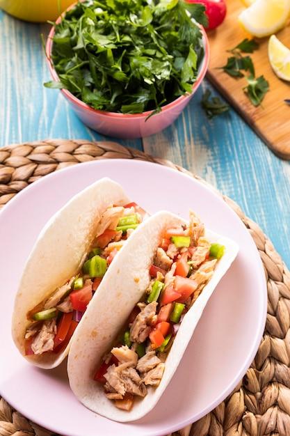 Tacos à Angle élevé Avec Viande Sur Assiette Photo gratuit