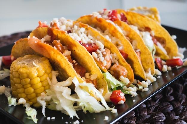 Tacos au poulet faits maison avec du maïs et du fromage Photo gratuit