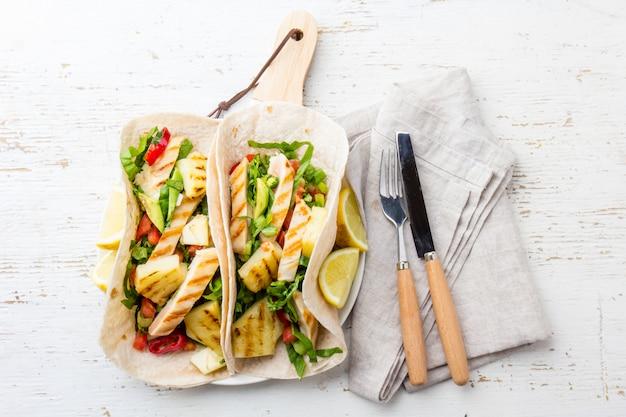 Tacos Au Poulet Mexicain à L'ananas Grillé Photo Premium