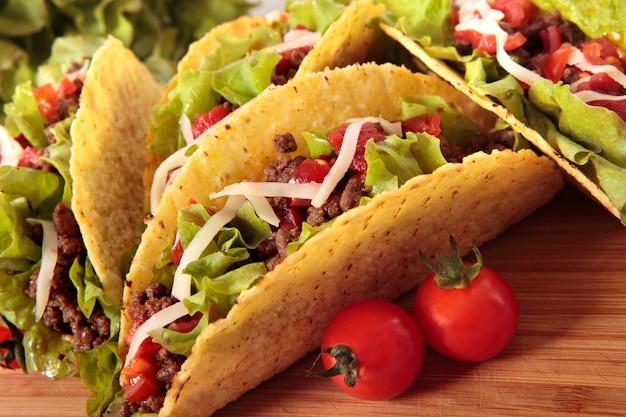 Les tacos de boeuf mexicains sur la table en bois Photo gratuit