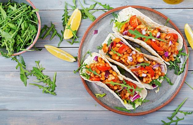 Tacos Mexicains Au Bœuf, Haricots à La Sauce Tomate Et Salsa. Mise à Plat. Vue De Dessus. Photo Premium