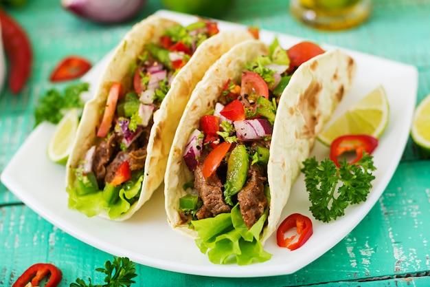 Tacos Mexicains Au Boeuf à La Sauce Tomate Et Salsa Photo gratuit