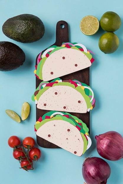 Tacos En Papier Vue Ci-dessus Sur Planche De Bois Photo gratuit