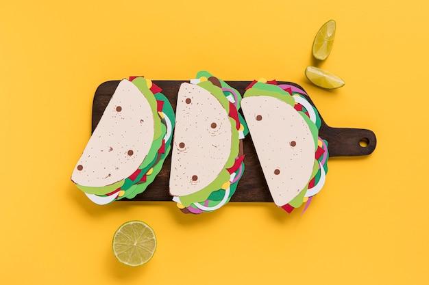 Tacos En Papier Vue De Dessus Sur Planche De Bois Photo gratuit