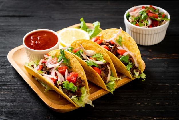 Tacos à la viande et aux légumes Photo Premium