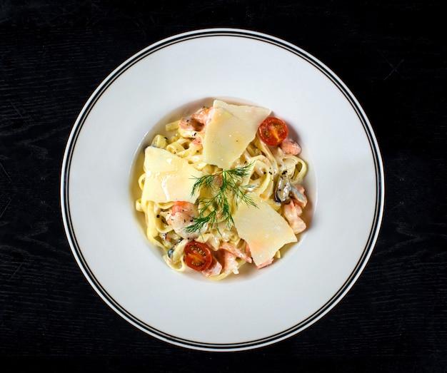Tagliatelles à la crème et au saumon Photo gratuit