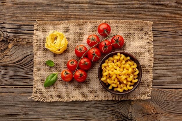Tagliatelles non cuites et cellentani à la tomate Photo gratuit