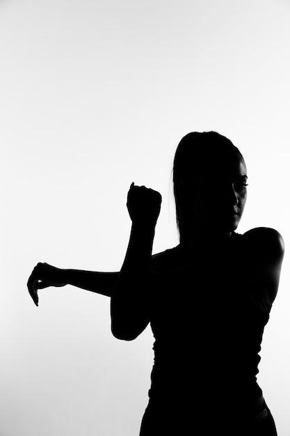 Taille moyenne fille en niveaux de gris Photo gratuit