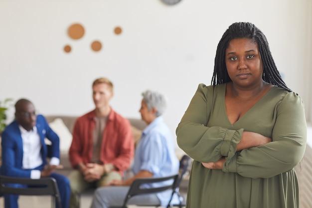 Taille Portrait De Jeune Femme Afro-américaine Avec Des Gens Assis En Cercle En Surface, Concept De Groupe De Soutien, Espace Copie Photo Premium