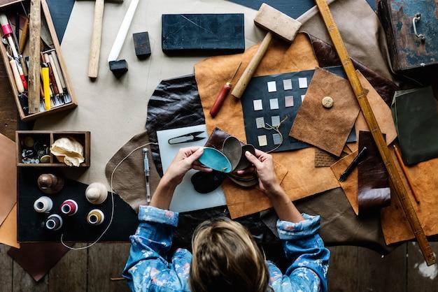 Tailleur fabriquant du matériel de maroquinerie sur la table Photo Premium