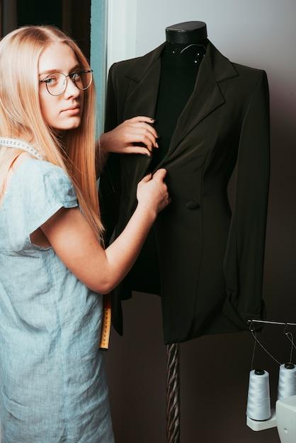 Tailleur toucher veste sur mannequin Photo gratuit
