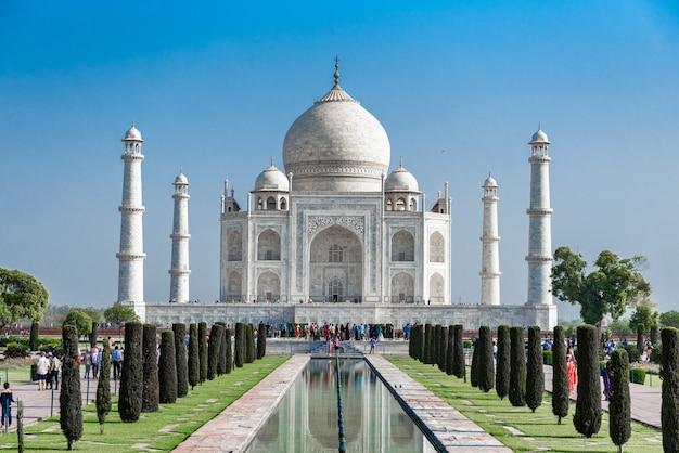 Taj mahal, marbre blanc ivoire avec ciel bleu à agra, inde. Photo Premium