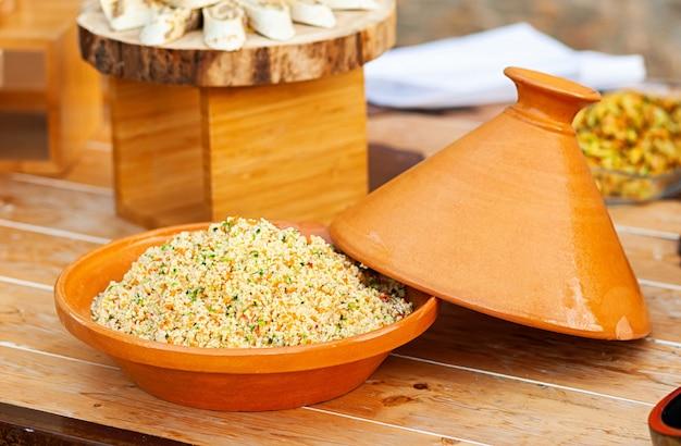 Tajine de légumes au couscous. Photo Premium