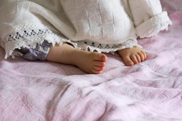 Talon Endormi Petite Fille Qui Sort De Sous La Couverture, Selective Focus Photo Premium