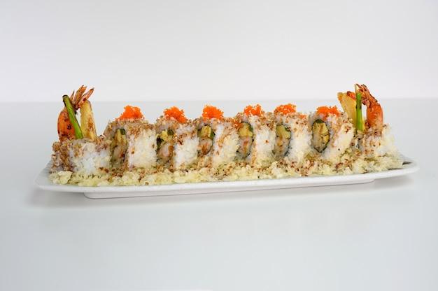 Tamago Fourré Aux Crevettes, Rouleau De Sushi Au Cornichon Et Sauce Teriyaki Photo Premium