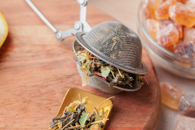Tamis Métallique Avec Tisane Séchée Dans Une Tasse En Verre Sur La Table Photo Premium